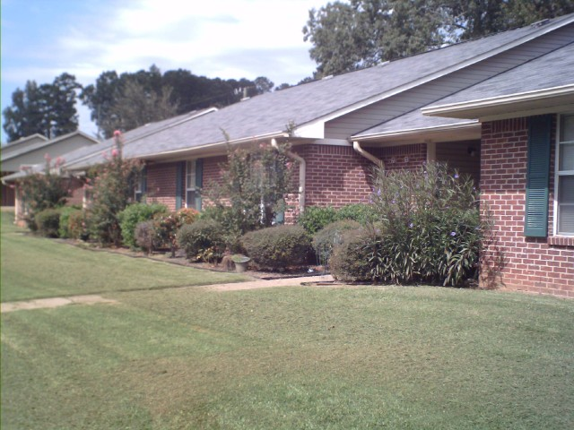 Calhoun Manor, Calhoun, MS, apartment buildings and landscape