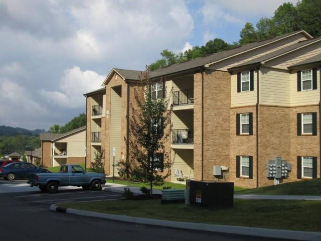 Mountain Hollow Apts, Elizabethton, TN, apartment building side view 3 story right