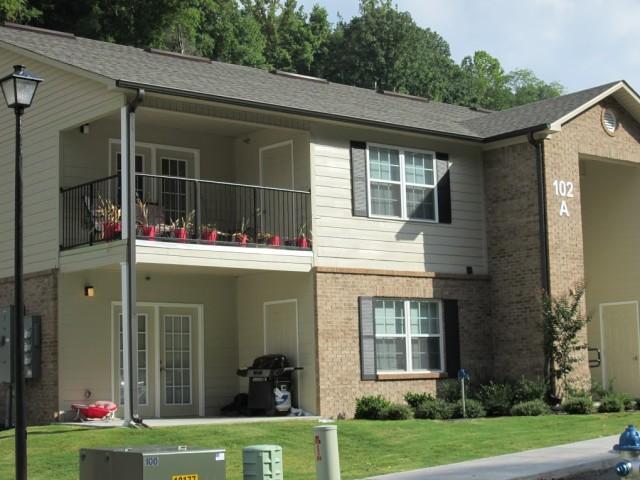 Mountain Hollow Apts, Elizabethton, TN, apartment building balconies and patios