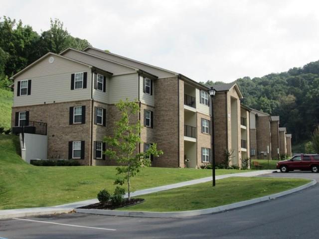 Mountain Hollow Apts, Elizabethton, TN, apartment building side view 3 story
