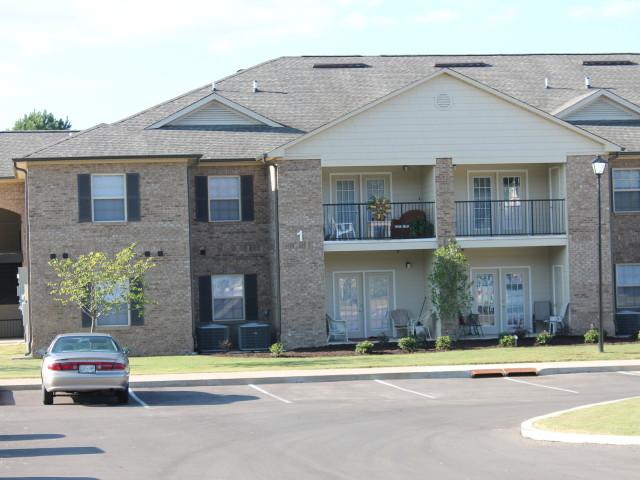 Villas of Savannah, Savannah, TN, sunny view of apartment building