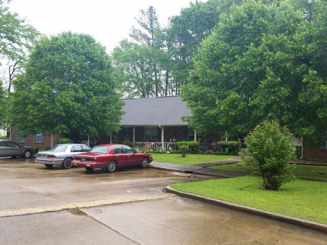West Hill Square Apartments in Gordo, Alabama parking