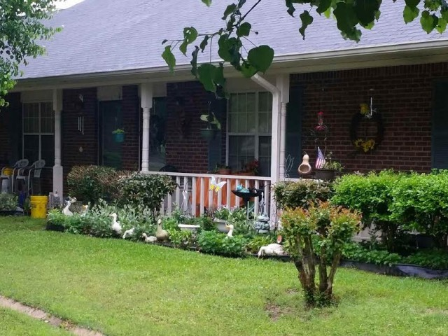West Hill Square Apartments in Gordo, Alabama porch landscaping